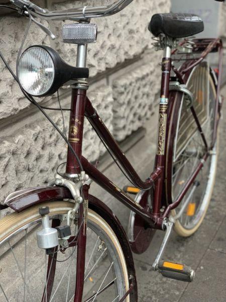 Historisches Original Hollandrad Der Firma Nederland In Tollem Zustand Wunderschone Bordeuxrote Original Historisches Hollandrad Hollandrad Fahrrad Holland