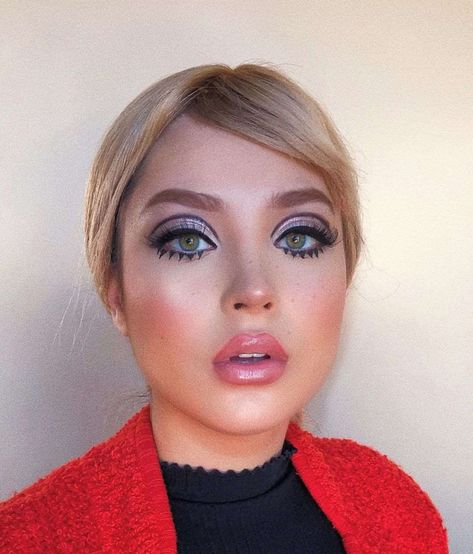 Twiggy style tabs (separate and with many layers of mascara) are another of the most powerful trends. And the eyelashes, greatly exaggerated and applications. Pin Up Makeup, Retro Makeup, Vintage Makeup, Makeup Art, Beauty Makeup, Hair Makeup, Twiggy Makeup, Makeup For Men, 70s Disco Makeup
