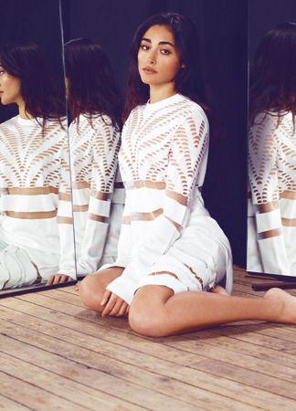 Golshifteh Farahani | Dentelle sweater à détails zébra en viscose et nylon, et short-bermuda découpé en agneau, l'ensemble Alexander Wang.