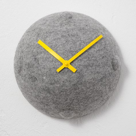 Clock out of felt by Objektdesign Dirk Krähmer