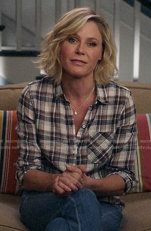 Claire Dunphy Outfits Fashion On Modern Family Julie Bowen Page 4 Wornontv Net In 2020 Julie Bowen Hair Julie Bowen Modern Family Family Haircut