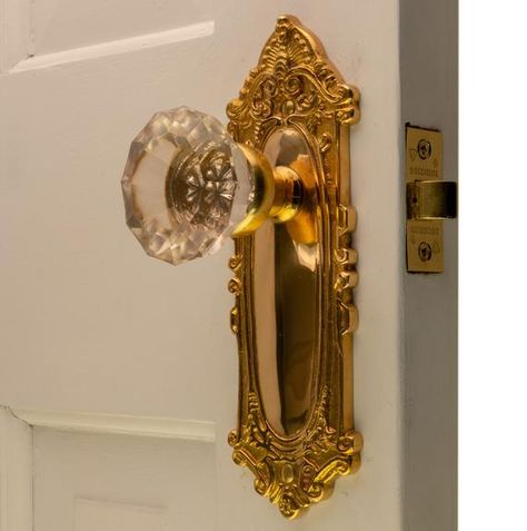 The Milford Passage Set in Polished Brass with Glass Door Knobs Das Milford Passage Set aus poliertem Messing mit Glastürgriffen – The Kings Bay Glass Door Lock, Glass Door Knobs, Sliding Glass Door, Glass Doors, Decorative Door Knobs, Crystal Door Knobs, Gold Door, Vintage Door Knobs, Door Knobs And Knockers