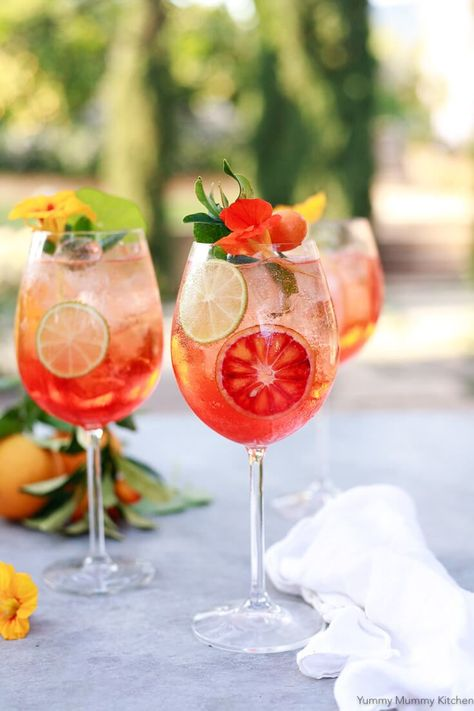 Aperol Spritz - find out how to make the classic Italian cocktail with Aperol, prosecco and citrus! Italian Cocktails, Wine Cocktails, Classic Cocktails, Summer Cocktails, Cocktail Drinks, Cocktail Recipes, Alcoholic Drinks, Colorful Cocktails, Refreshing Summer Drinks
