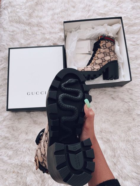 Sneakers Mode, Sneakers Fashion, Fashion Shoes, Gucci Shoes Sneakers, Fashion Hair, Ladies Fashion, Fashion Clothes, Fashion Brand, Retro Fashion