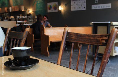 """CAFÉ SAINT-HENRI: Comment un micro-torréfacteur peur servir du """"grand"""" art! http://zurbaines.com/fr/les-filles-en-ville/cafes-bakeries-chocolates-montreal/cafe-saint-henri-micro-torrefacteur-montreal/"""