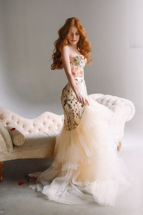 Que tal um vestido de noiva moderno? Ele pode ser colorido, por exemplo. O importante é que a noiva se sinta bem e aproveite o casamento! #vestidodenoiva #weddingdress #noivas #bride #weddingcolorpalette #paletadecores Colored Wedding Dresses, Bridal Dresses, Embroidered Wedding Dresses, Embroidered Skirts, Printed Wedding Dress, Beige Wedding Dress, Fancy Wedding Dresses, Unique Wedding Gowns, Tulle Wedding Gown