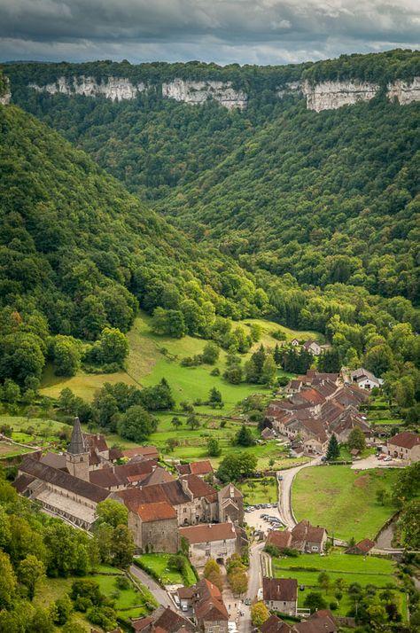Village de Baume-les-Messieurs, au creux de sa reculée   Plus beaux Villages de France   Jura, France   #JuraTourisme