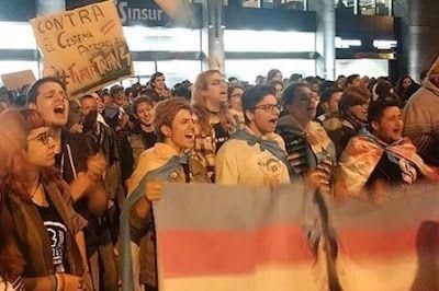 Hazteoir Háztelo Mirar Decenas De Jóvenes Protestan En Sevilla Contra Un Acto De La Asociación Ultraconservadora Jóvenes Por La D Sevilla Decenas Jovenes