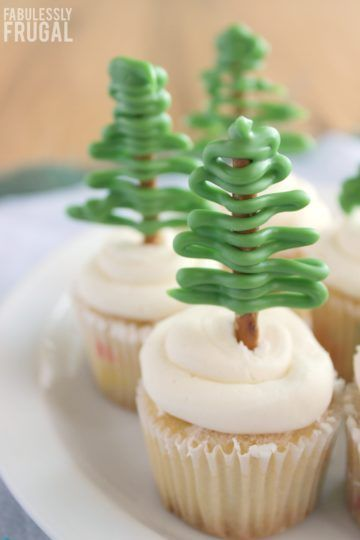 Make these adorable cupcake toppers for your next holiday party!  These Christmas tree cupcake toppers are so fast and easy to put together, even the kids can do them!   #cupcakes #Christmas
