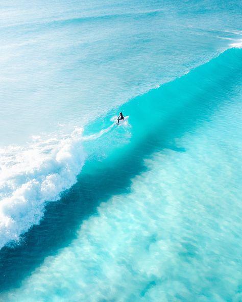 Mergulhe na fotografia singular deste fotógrafo australiano autodidata Womens surf brand.Surf Bikini, Long Sleeve One Piece, Rash Guard, Surf Leggings and surfer girl clothing.Boho Fashion and Surfergirl streetwear Beach Aesthetic, Summer Aesthetic, Blue Aesthetic, Surfing Pictures, Beach Pictures, Funny Pictures, Photo Surf, Beach Bodys, Beach Vibes