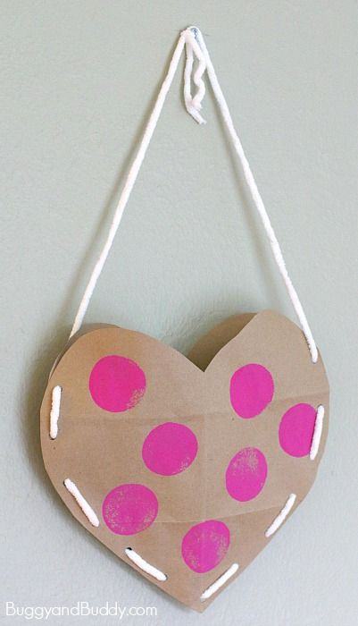 Heart Valentine Holder Made from a Brown Paper Grocery Bag – Buggy and Buddy - Valentine's Days / Valentinstag Valentines Day Bags, Valentines Card Holder, Homemade Valentines, Valentine Box, Valentine Wreath, Valentine's Day Crafts For Kids, Valentine Crafts For Kids, Creative Valentines Day Ideas, Paper Grocery Bags