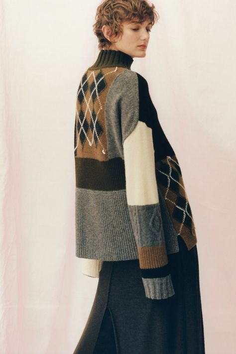 Pringle of Scotland Pre-Fall 2019 collection, runway looks, beauty, models, and reviews.