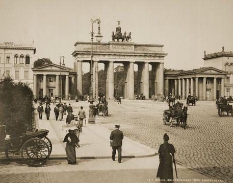 Berlin Brandenburger Tor Foto Levy Von Akg Images Bei Artflakes Com Als Poster Oder Kunstdruck 16 42 History Of Germany Berlin Brandenburg Gate