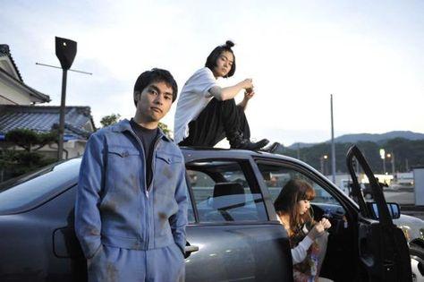 """柳楽優弥、菅田将暉、小松菜奈、村上虹郎が共演する映画『ディストラクション・ベイビーズ』が、本日5月21日から公開された。本作は、愛媛県松山市を舞台に、無作為なストリート・ファイトに明け暮れる主人公・芦原泰良(柳楽優弥)と、泰良の""""強さ""""と""""狂気""""に惹かれていく高校生・北原裕也(菅田将暉)の危険な遊びを…"""