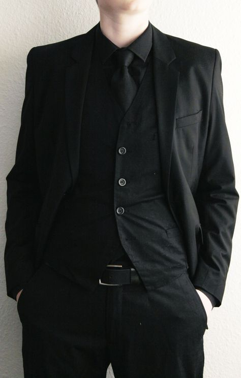 funeral outfit- This pin represents the suit Gus wear on his and Hazel's date in Amsterdam. Black Suit Men, All Black Suit Prom, Prom Suit, Mode Sombre, Funeral Outfit, Suit Vest, Vest Men, Character Outfits, Mode Style