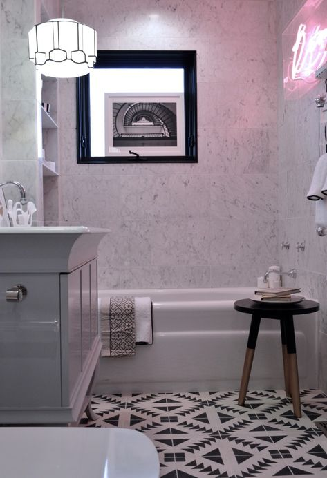 Black And White Pattern Cement Tiles With White Carrera Marble Bathtub And Neon Sign Inspiration Salle De Bain Casa Decoration Salle De Bain