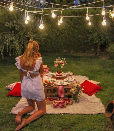 Anniversary ideas birthday backyard picnic summer picnic - date ideas date night idea romantic couple relationship love inspiration activity bucket list Romantic Backyard, Romantic Picnics, Romantic Dinners, Romantic Dinner Setting, Wedding Backyard, Night Picnic, Summer Picnic, Beach Picnic, Summer Bucket