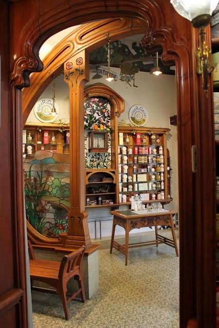 Farmacia Bolós Giralt una preciosa oficina de farmacia que se encuentra en Rambla Catalunya 77, de decoración modernista, con auténticas piezas de museo.