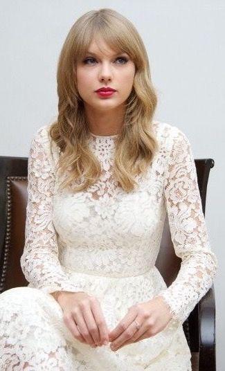 T Swizzle In A White Dress Taylor Swift Style Taylor Swift Hair Taylor Swift Red Tour
