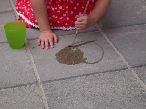 Geen zin om na het spelen verf of krijt van de grond te moeten spoelen ? De kleuters gaan zich evengoed amuseren met gewoon water en een verfborstel .