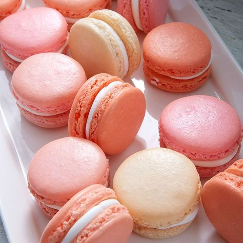 🌟Tante S!fr@ loves this📌🌟Whether you're hosting an elegant French birthday party or you just want to have some fun getting colorful with your baking, these Pink and Coral Macarons are sure to become a party favorite.