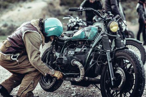Médiatisé, adulé ou boudé, l'histoire du binôme Blitz Motorcycles cristallise surtout les envies d'ailleurs d'une génération de jeunes adultes. Les manches retroussées, GQ s'est plongé dans les coulisses de cette mécanique pour comprendre l'univers de Fred Jourden et Hugo Jézégabel. Des personnalités différentes unies autour d'une passion commune : la moto. Aujourd'hui elle les réunit dans une voie de garage. Mais certainement pas celle qu'on imagine. Récit.