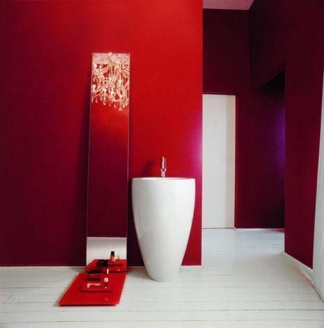 vasque totem blanche dans une salle de bain rouge | Salle de bain ...