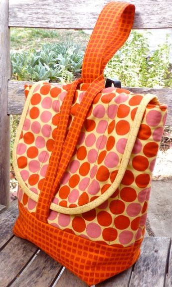 """it's actually a lunch bag - but I'd make it as a purse, leaving out the 'insulation'...(love the handle). Click on photo and scroll down to """"click here for pattern & instructions""""...it's free"""