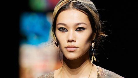 Au vu des derniers défilés de la Fashion Week, il n'y a pas de doute : le noir sera la teinte reine en matière de maquillage pour les yeux en 2021.