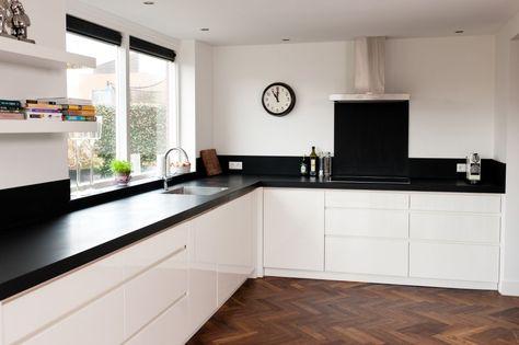 Houten vloer zwart werblad strakke witte fronten konyha Кухня