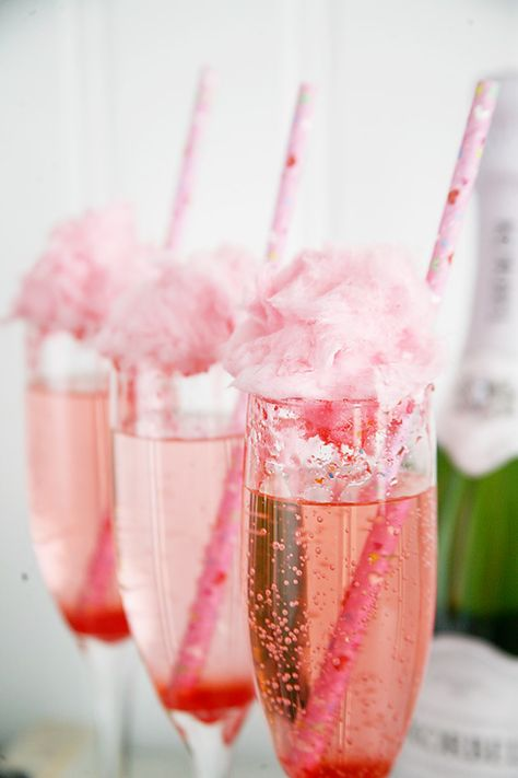 How to make quick and easy cotton candy cocktails! Great idea for a baby shower, bridal shower, bachelorette party or girls night in.
