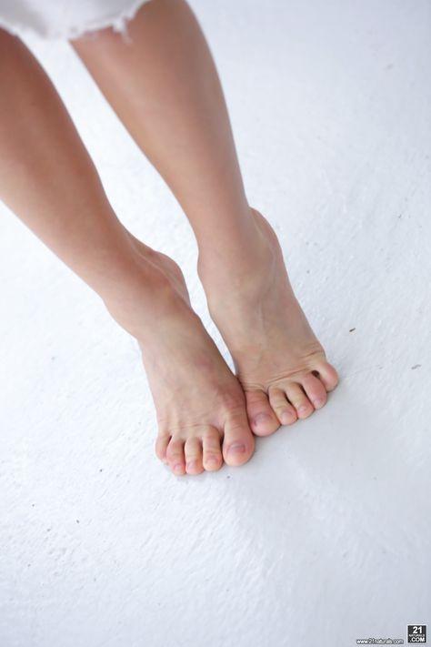 Pin On Woman S Feet
