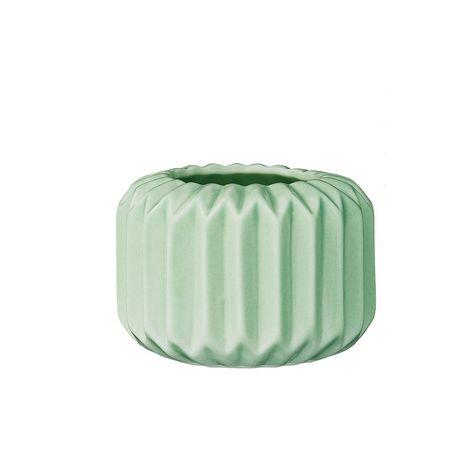 Pour y mettre des fleurs ou s'en servir comme photophore, cet adorable petit vase de 5,5 cm apportera une petite touche scandinave à votre décoration intérieure.  Original et design, il est en porcelaine vernissée et imite les pliages origami. Design danoisBloomingville. D: 8 cm. H : 5,5 cm. 10,50 € http://www.lafolleadresse.com/vases/2352-petit-vase-55-cm-vert-d-eau-porcelaine-bloomingville.html