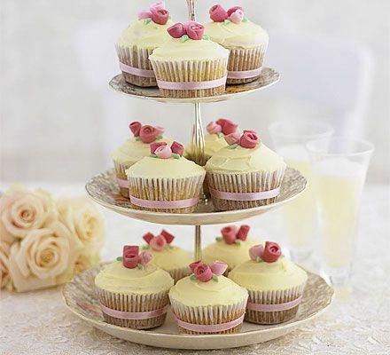 Romantic rose cupcakes - http://toprecipesmagazine.com/romantic-rose-cupcakes/