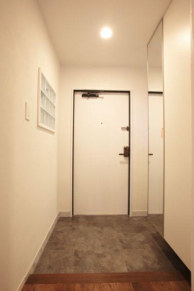 暗い色だったドアは内側を白にして空間に馴染ませた 2020 玄関 リフォーム リフォーム リノベーション デザイン