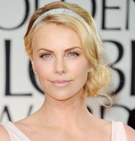 Charlize Theron, Globo de Ouro 2012, maquiagem toda clarinha com sobrancelhas bem definidas.