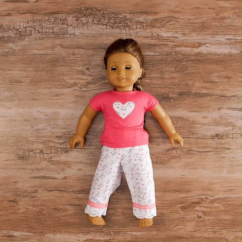 This tutorial is simple. If you can sew a straight line, you can make this in an hour. Not only will you learn the basic construction of doll pants, you will add lace, ribbon and decorative stitches. Try my recipe and then add your own flair! American Girl Outfits, American Doll Clothes, Cosas American Girl, American Girl Crafts, American Girl Stuff, American Girl Doll Pajamas, American Girl Doll Videos, Doll Dress Patterns, Doll Sewing Patterns