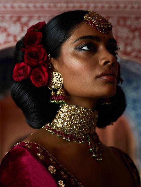 From Korean-beauty-inspired makeup techniques to Paris Fashion Week-inspired lip colors, here are the 9 latest Indian bridal makeup trends for every bride-to-be needs to see! Makeup Trends, Beauty Trends, Chennai, Draw Tips, Light Makeup Looks, Jewellery Exhibition, Jewellery Market, Indian Bridal Makeup, Indian Makeup Looks