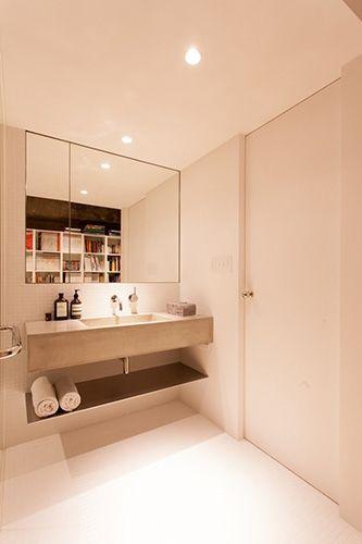 モルタルの洗面台もステンレス板の棚も まるで浮かんでいるよう 洗面