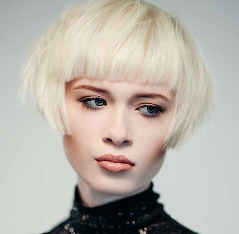 Idee Coiffure Coupe Courte Avec Frange Et Un Degrade Sur Cheveux A Coloration Blond Polaire Frisuren Bob Frisur Frisur Inspirationen