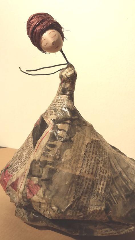 Poupée fil de fer et papier, grande robe en papier journal et papier de soie bordeaux