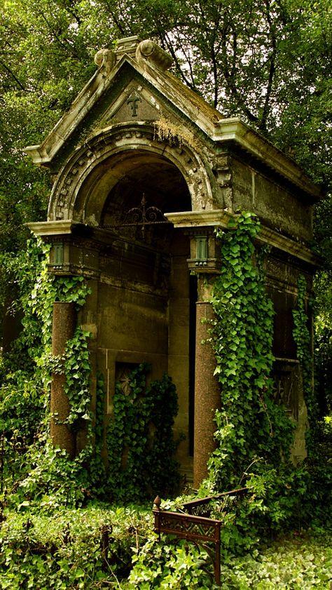 Wiener Zentralfriedhof bei Tor 1 - Central Cemetery in Vienna at gate 1 Abandoned Buildings, Abandoned Places, Abandoned Castles, Haunted Places, Abandoned Mansions, Gothic Garden, Old Cemeteries, Graveyards, Cemetery Art