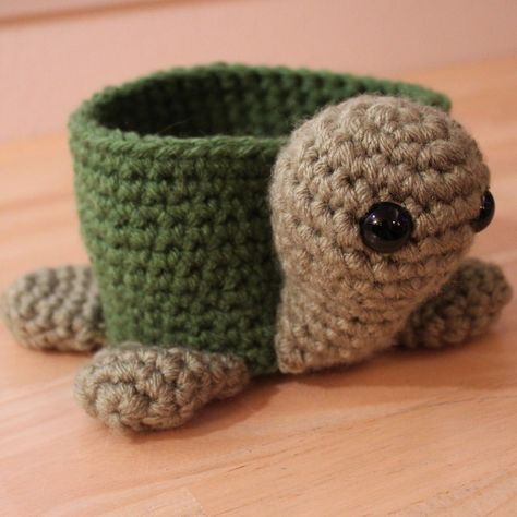 TURTLE bowl. if only I could knit or crochet...I would have several of these for little 'catch-alls' around the house on table tops. adorable.