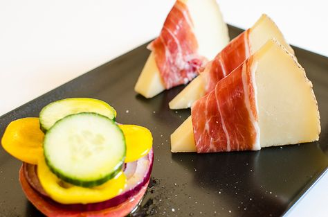 #Ensalada #mediterránea en vertical acompañada de cuñas de queso con  #Queso #Manchego D.O. Las Terceras con #jamón. | Mediterranean salad with Manchego cheese Las Terceras and ham