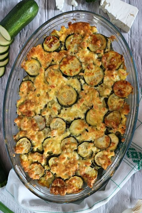 Not only delicious and an eye-catcher on the dining table are zucchini baked in the oven. You can make them yourself quickly and easily with this vegetarian recipe. Whether it's for a summer party or a weeknight dinner, baked zucchini with feta is guaranteed to please even the most stubborn vegetable refusers.