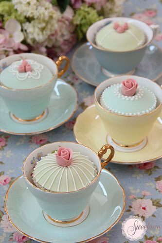 Tea Party Ideas Decadent cupcakes in vintage tea cups Cupcakes Decorados, Edible Wedding Favors, Wedding Centerpieces, Tall Centerpiece, Cupcake Display, Cupcake Holders, Afternoon Tea Parties, Afternoon Tea Cakes, Vintage Party