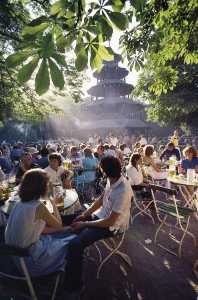 Chinesischer Turm, München - Einer der bekanntesten Biergärten. Im Englischen Garten.  repinned by www.parkett-direkt.net