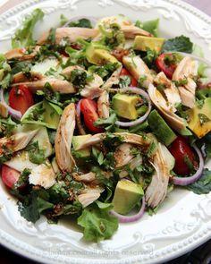 Ensalada de lechuga, aguacate, tomate, pepino, cebolla y pollo con aderezo de vinagre balsámico y perejil