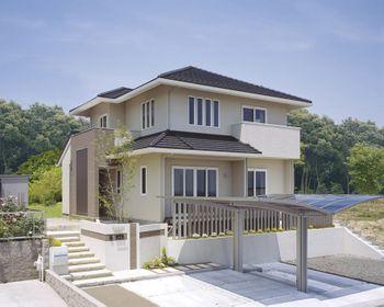 クリーム色の外壁に 洋風平瓦の寄棟屋根をふたつ並べて やさしい