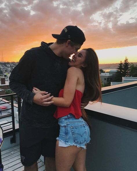 couple kissing in the sun set
